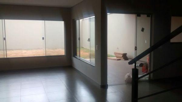 Foto da obra quase finalizada - esquadrias de vidro da sala